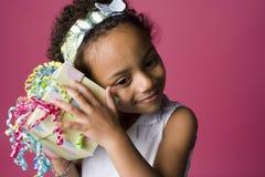 Verticale d'une jeune fille noire avec un présent photo stock
