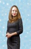 Verticale d'une jeune fille sur un fond bleu Image stock