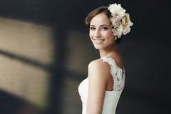 Verticale d'une jeune jeune mariée photographie stock