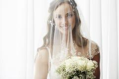 Verticale d'une jeune jeune mariée Image libre de droits
