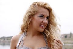 Verticale d'une jeune jolie femme Photo libre de droits