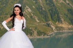 Verticale d'une jeune mariée dans une robe blanche image stock