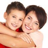 Verticale d'une jeune mère heureuse avec le fils Photos stock