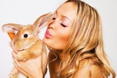 Verticale d'une jolie fille avec un lapin Image libre de droits