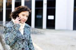 Verticale d'une jolie fille avec un téléphone portable Image libre de droits
