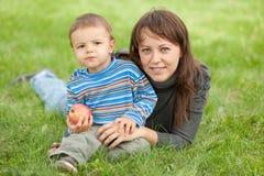 Verticale d'une mère et de son fils à l'extérieur Photos stock