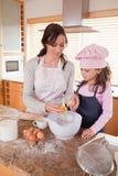 Verticale d'une mère heureuse et de sa cuisson de descendant Image stock