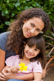 Verticale d'une mère joyeuse avec son descendant Photos stock