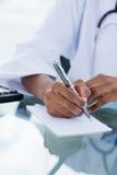 Verticale d'une main féminine écrivant une prescription Images libres de droits