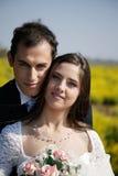 Verticale d'une mariée avec le marié photos libres de droits