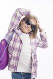 Verticale d'une petite des lunettes de soleil weating fille Images libres de droits