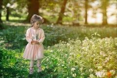Verticale d'une petite fille photographie stock