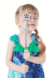 Verticale d'une petite fille avec une baguette magique magique Image stock