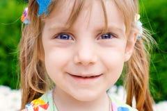 Verticale d'une petite fille de beauté Photographie stock libre de droits