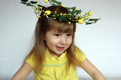Verticale d'une petite fille en guirlande des fleurs Photographie stock libre de droits