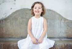 Verticale d'une petite fille gaie photo stock