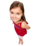 Verticale d'une petite fille heureuse images libres de droits