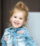 Verticale d'une petite fille heureuse photographie stock