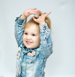 Verticale d'une petite fille heureuse photo libre de droits