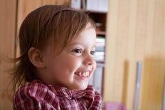 Verticale d'une petite fille joyeuse images libres de droits