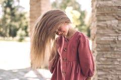 Verticale d'une petite fille mignonne photos libres de droits