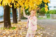 Verticale d'une petite fille mignonne Image libre de droits