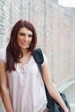 Verticale d'une pose heureuse d'étudiant Photo libre de droits