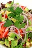 Verticale d'une salade jetée en l'air Photographie stock