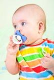 Verticale de bébé avec le pacificateur. photographie stock