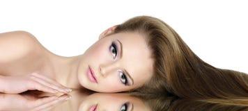 Verticale de beau de l'adolescence avec le long cheveu droit Photo libre de droits