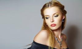 Verticale de beau jeune modèle de mode photo libre de droits