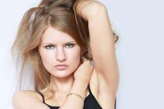 Verticale de beau jeune modèle de mode photographie stock