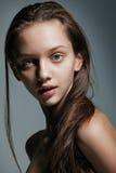 Verticale de beau modèle femelle Photo libre de droits