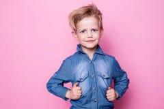 Verticale de beau petit garçon joyeux heureux Portrait de studio au-dessus de fond rose Images libres de droits