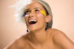 Verticale de beau rire de jeune femme photographie stock libre de droits