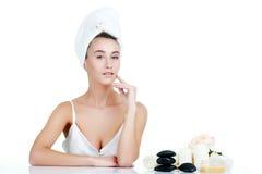 Verticale de beauté Belle femme de station thermale touchant son visage parfait Image libre de droits