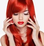 Verticale de beauté Belle fille avec de longs cheveux rouges Na Manicured image libre de droits