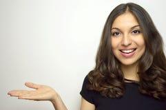 Verticale de beauté de belle femme affichant le produit de beauté/espace vide de copie sur la paume ouverte de main Photo stock