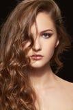 Verticale de beauté de femme avec le cheveu bouclé Images libres de droits