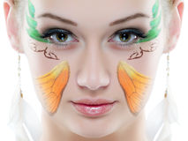 Verticale de beauté Sur le fond blanc Plan rapproché frais parfait de peau avec la peinture de visage Images libres de droits