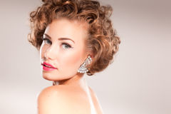 Verticale de belle femme avec le cheveu bouclé Photo libre de droits