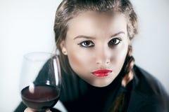 Verticale de belle femme avec le vin rouge en verre Image libre de droits