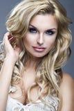 Verticale de belle femme blonde photographie stock