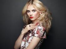 Verticale de belle femme sensuelle avec la coiffure élégante Photographie stock