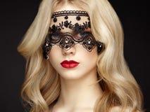 Verticale de belle femme sensuelle avec la coiffure élégante photographie stock libre de droits