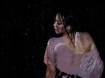 Verticale de belle femme sous l'eau Images libres de droits