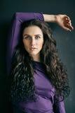 Verticale de belle femme sur le fond gris Photographie stock libre de droits