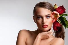 Verticale de belle fille avec des fleurs photos libres de droits