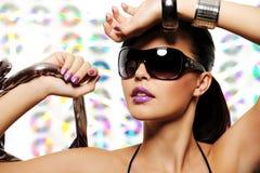 Verticale de belle fille avec des lunettes de soleil de charme image libre de droits