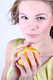 Verticale de belle fille avec une pomme images stock
